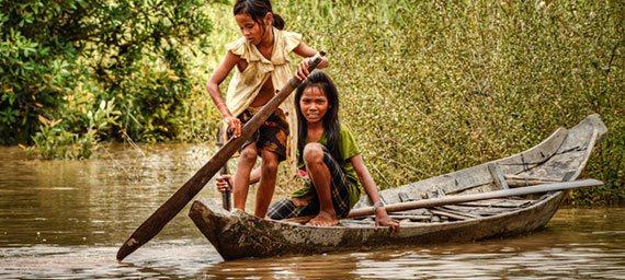 complejo de rolous dos ninas una barca en el rio