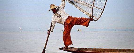 hombre pescando en el lago inle