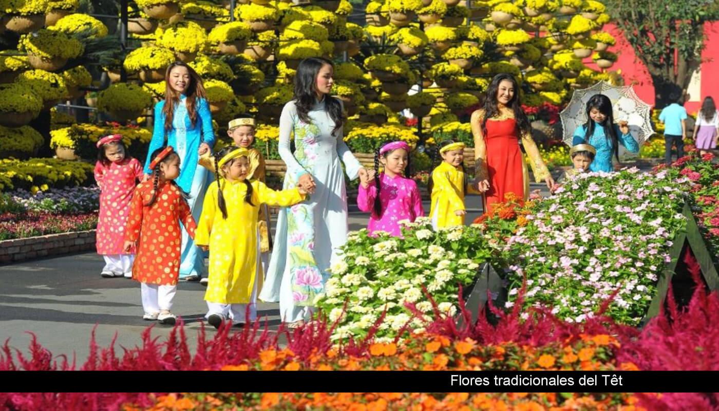 flores vietnamitas y familia durante el tet